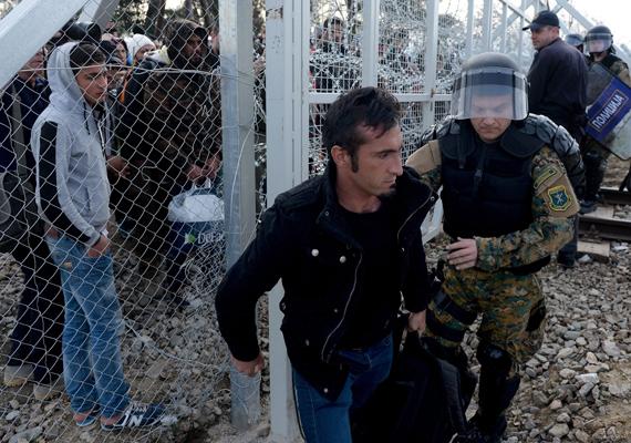 Aki átmászik, azt elfogják a rendőrök. Ez történt ezzel az afgán férfival is.