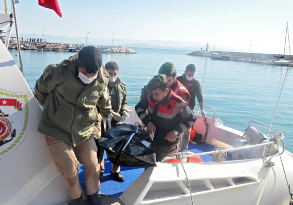 Vízbe fulladt migráns holttestét viszik Edremit kikötőjében. A migránsok az Égei-tengeren próbálnak meg eljutni Törökországból Görögországba, amiért azonban akár az életükkel is fizethetnek. A közelmúltban két menekülteket szállító hajó is elsüllyedt a török partoknál, legalább 34-en vesztették életüket.