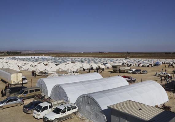 A szíriai menekültek tábora a török határ közelében, a szíriai Báb esz-Szalamai határátkelőnél. A sok fehér sátor szinte szőnyeget alkot.