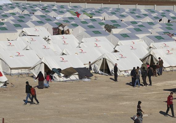 Még ugyanaz a tábor. Látható, milyen szorosan helyezték el a sátrakat egymás mellett.