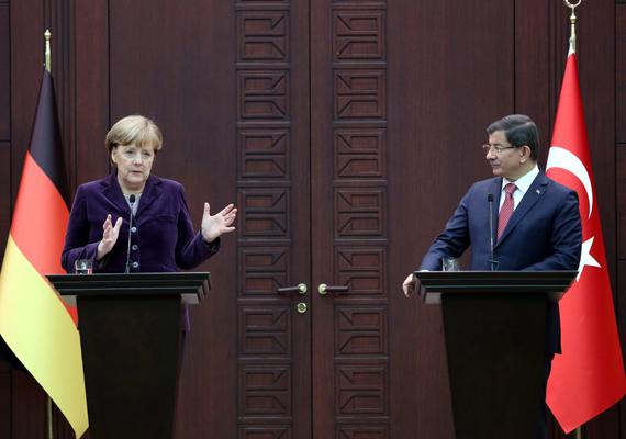 Angela Merkel és Ahmet Davutoglu a sajtótájékoztatójukon. Döntöttek arról, hogy a két ország közös diplomáciai kezdeményezést indít, és szeretnék elérni azt is, hogy a NATO nagyobb szerepet vállaljon. Davutoglu azt nyilatkozta, hogy a szükséges pillanatban befogadja Törökország a menekülteket.