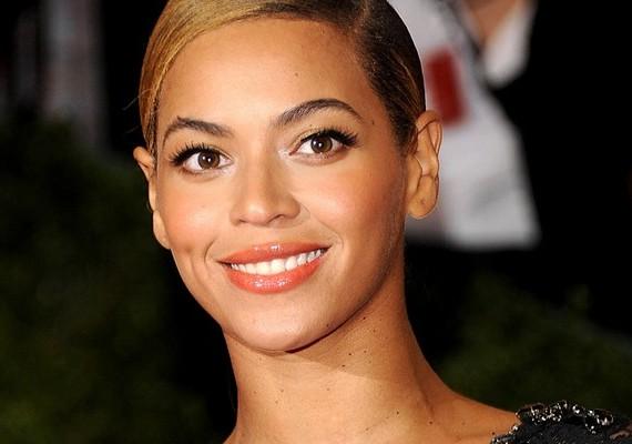 Beyoncé a napokban Brazíliában koncertezett, amikor az Irreplaceable című szám közben egy félmeztelen rajongó majdnem lerántotta őt a színpadról. Itt olvashatsz részletesen az esetről.