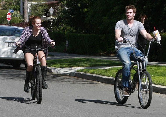 Miley Liammal is szívesen teker.