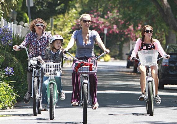 Miley Cyrus egész családja biciklizik.