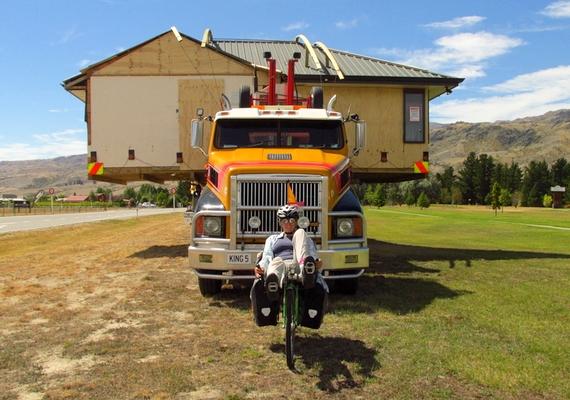 - Aztán testközelből is szemügyre vehettünk egy házköltöztetést. Ausztráliában sokszor láttuk, hogy kamionok egész házakat visznek a platójukon, de ott mindig csak elszáguldottak mellettünk. Lenyűgöző, ahogyan egyszerűen csak felpakolják és odébb szállíttatják ezeket a könnyűszerkezetes, földrengésbiztos favázra épített otthonokat - mesélte lelkendezve.