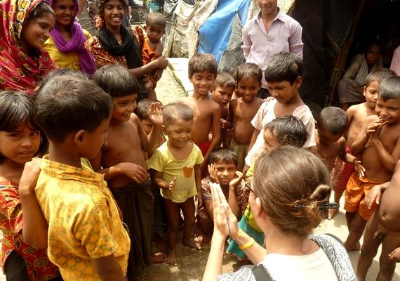 Zita tapsolós játékra tanította a gyerekeket Bangladesben, a rohingya menekülttáborban.                         - Ha az emberek a tengerpart helyett két hétre Bangladesbe mennének nyaralni, utána garantált lenne az egész éves boldogságuk és elégedettségük - mondja Árpi.