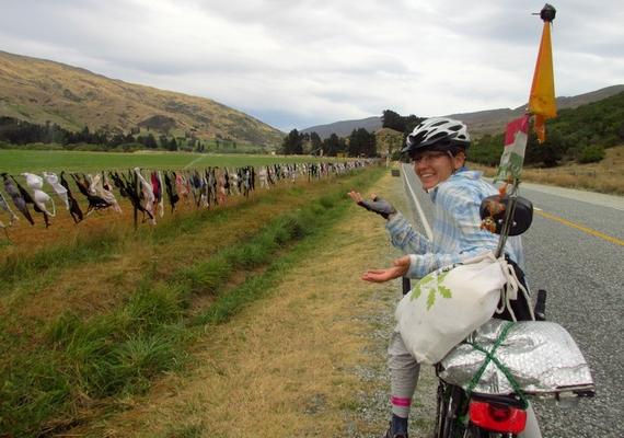 Útjuk során rengeteg furcsasággal is találkoznak, amelyekben Új-Zéland sem szűkölködik.                         - A minap egy kerítés mellett bicikliztünk el, amely több száz méter hosszan melltartókkal volt teleaggatva - mondja Zita.