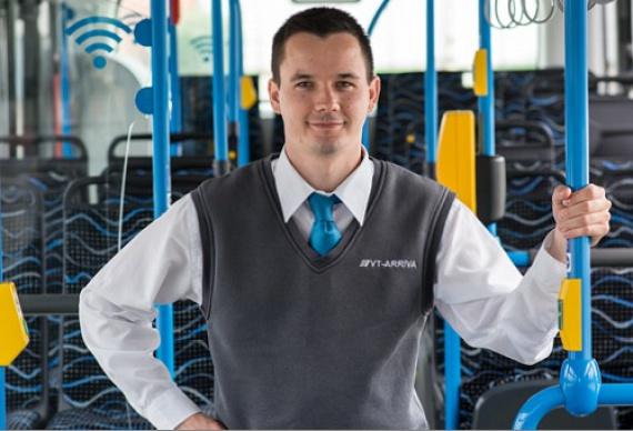 """A 29 éves Szegedi Szabolcs sofőrködése első évében már harmadik helyezést ért el, kedvenc járata pedig a 202E, ami szintén Kőbánya-Kispest metróállomástól közlekedik a rákoskertiKucorgó térig. Ezt meséli magáról:""""20 éves dédelgetett gyerekkori álmom volt, hogy buszt vezethessek. Boldog vagyok, hogy a munkám egyben a szenvedélyem is. Szabadidőmben sokat sportolok, legjobban úszni és kerékpározni szeretek, de egy jó film is ki tud kapcsolni."""""""