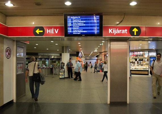 A metró kijárataihoz a kijelzőket már rég felszerelték, ám még most is csak a kézzel beállított időpontok láthatók rajta. Pedig a ritkán járó hév esetében talán még értelme is lenne, ha az utas valós időben látná, mire számíthat.