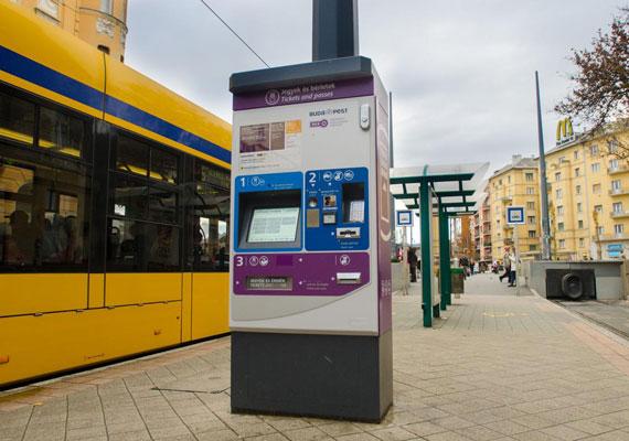 Bérletet és jegyet is lehet vásárolni az új BKK-automatákból. Egyelőre csak a frekventáltabb helyeken találkozhatnak az utasok a masinákkal, de egy kormányhatározat szerint 2,3 milliárd forintos uniós támogatás érkezik, aminek köszönhetően háromszáz új automatát állítanak fel a fővárosban és az agglomerációban.
