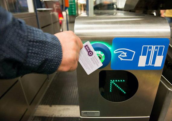 Amiről egyelőre még csak álmodhatnak a budapestiek, de legalább szerződés már van róla: az elektronikus jegyrendszer. A Tarlós István és Vitézy Dávid által aláírt dokumentum szerint 2017-ig több ütemben, fokozatosan épül ki a rendszer. A metrómegállókban eztán már nem ellenőrök, hanem beléptető kapuk várhatják az utasokat.