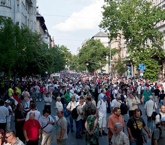 Résztvevők állnak az Alkotmány utcában, a bohócforradalom elnevezésű demonstráción.