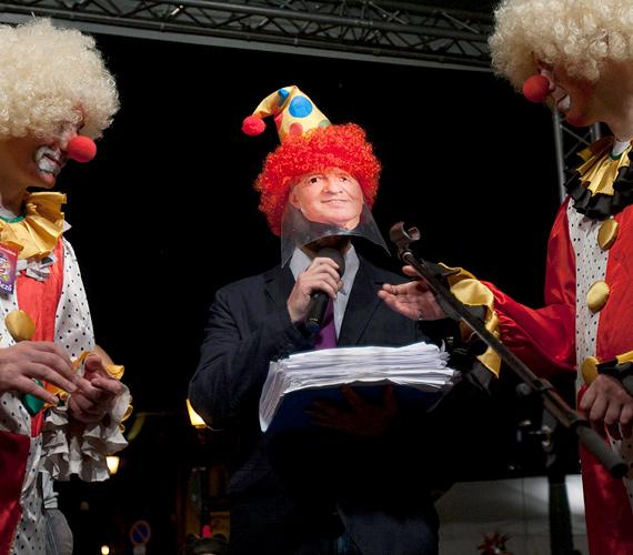 Árok Kornél és Kónya Péter átadja a demonstrálók aláírásait tartalmazó íveket a Schmitt Pál köztársasági elnököt bohócsapkában megjelenítő férfinak.