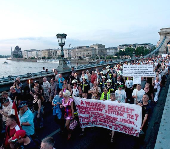 A demonstráción rendőrök, tűzoltók, börtönőrök tüntettek a korkedvezményes nyugdíj rendszerének átalakítása ellen.