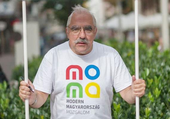 Az általa alapított MOMA pólójában többször is feltűnt a budapesti belvárosban az önkormányzati választás kampányidőszakában. Jelölt és aktivista egy személyben.