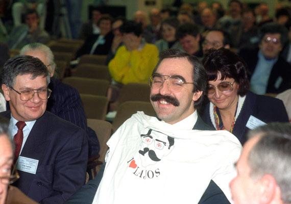 Amikor még az MSZP-ben is szerették Bokrost. 1995-ben az MSZP kongresszusán a Baloldali Ifjúsági Társulás hízelgő pólóval lepte meg a minisztert.