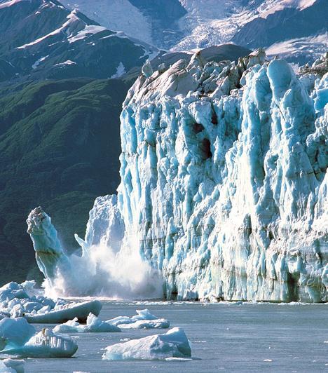 Jégsapkák olvadása  Az északi és antarktiszi jégtakarók a felmelegedés miatt egyre gyorsabban olvadnak, az itt élő állatok fennmaradását veszélyeztetve, emellett olyan következményeket magukban hordozva, mint a tengerszint emelkedése vagy a Golf-áramlat mozgása. Mindemellett a világ gleccserei is folyamatosan tűnnek el, csakúgy, mint a Kilimandzsáró hótakarója.  Kapcsolódó cikk: Extrém időjárási jelenségek »