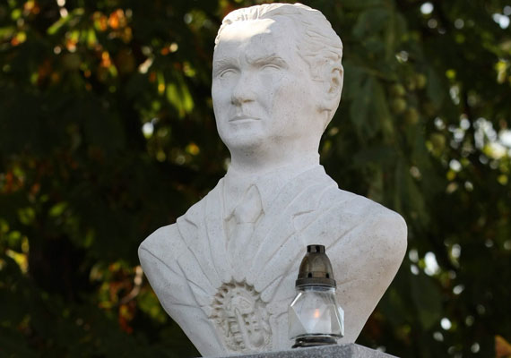 A Fidesz-kormány szoborállítási lelkesedése már évek óta tart. A Horthy Miklósról készült alkotások messze nincsenek annyian, mint a fentebb említett költőről mintázott szobrok - az egykori kormányzó négy helyen áll bronzba öntve Magyarországon. Ezeket a műveket nagyobb ellenállás is köszöntötte, a legemlékezetesebb performansz Dániel Péter ügyvédé, aki vörös festékkel öntötte le Horthy szobrát. Horthy Miklós első szobrát egyébként 1993-ban avatták fel a külföldön is nagy figyelmet keltő újratemetés után. A szobor nem a kenderesi temetőben, hanem az egykori kenderesi Horthy-kastély kertjében áll.