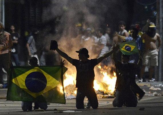 Az agresszív tüntetők sok helyen szétvertek bankokat, bankautomatákat és boltokat is.
