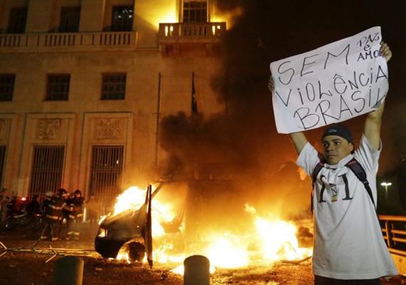 Valahol erőszakos fellépésbe csapott a tiltakozás.