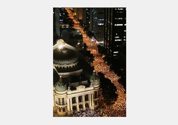 A kép magáért beszél, az emberek többsége nem bírta már tovább elviselni a kormány radikális intézkedéseit, így utcára vonultak.