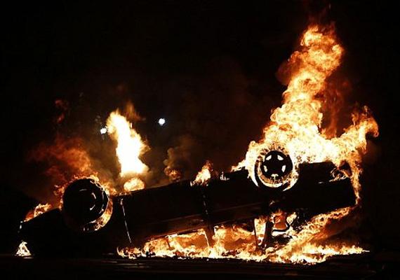 A vandálok autót is felgyújtottak Rio de Janeiróban.
