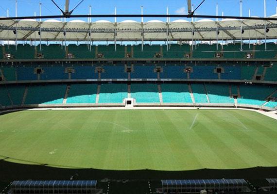 Salvador de Bahia gyönyörű stadionja. Kérdés, mi lesz vele a torna után. A helyiek közül csak kevesen engedhetik meg maguknak, hogy élőben tekintsenek meg egy világbajnoki mérkőzést. 2012-ben az országban a havi átlagbér 191 ezer forintnak megfelelő volt.