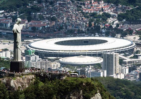 Elképesztő látvány! A csodálatos Rio de Janeiró-i stadion, mögötte pedig egy nyomornegyed. A Megváltó Krisztus szobra erre tekint le. A vébé összesen 11,5 milliárd dollárba került Brazíliának, amire a helyiek szerint az oktatástól, az egészségügytől vagy például a közlekedésfejlesztésétől vontak el összegeket.