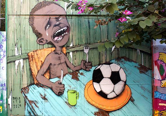 Azt szokták mondani, Brazíliában vallás a foci. Ennek ellenére a lakosság többsége nem örül annak, hogy az országukban rendezik a sport egyik legnagyobb szabású eseményét. Ez a tény és a képen látható falfestmény mindent elárul a közhangulatról.