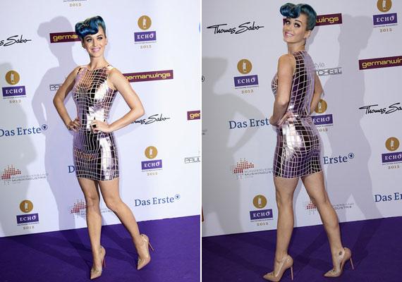 A csillogás idén divat, de a fémlapokból álló ruhában Katy Perry úgy nézett ki, akár egy diszkógömb.