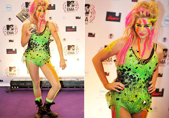 Kesha egy neonszínű fürdőruhában vette át az MTV díját.