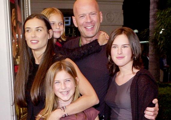 Bruce Willis és Demi Moore 2000-ben váltak el 13 év házasság után, de a mai napig jó a kapcsolatuk, és sokszor jelennek meg családként a nyilvános eseményeken is.