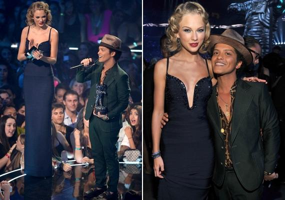 A Bruno Mars és Taylor Swift közötti különbséget tetézi az énekesnő magas sarkú cipője is, de egyébként is látványos lenne az eltérés, mert Taylor 178 centi magas.
