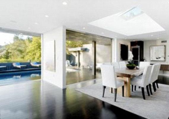 A ház padlóját csokoládészínű keményfa burkolat borítja.