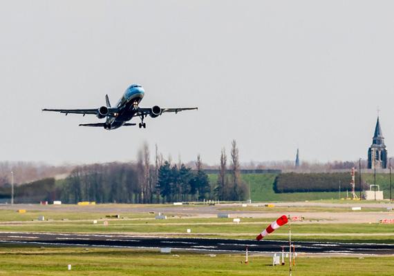 A Brussels Airlines légitársaság gépe felszáll a brüsszeli Zaventem repülőtéren. Egyelőre csak részlegesen indították újra a közlekedést.