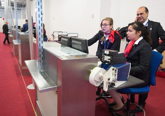 Így várta a személyzet az első utasokat a jegykezelő pultnál. Az arcukon látszik a feszültség.