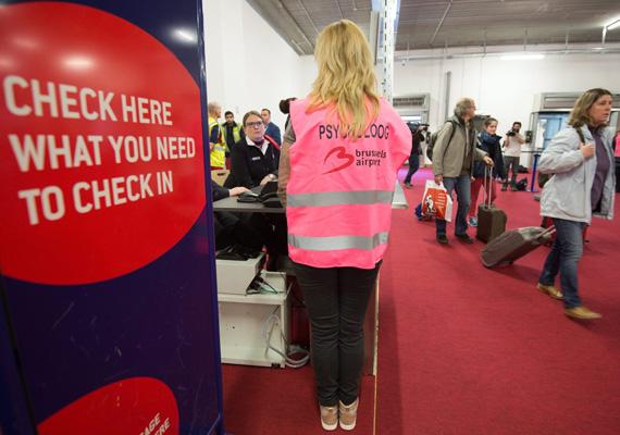 Egy fotó az első utasok megérkezéséről. A reptéren fokozott biztonsági intézkedéseket vezettek be: az érkező járműveket szúrópróbaszerűen ellenőrzik, és a terminálba sem léphetnek be az emberek addig, amíg a papírjaikat és a csomagjaikat nem vizsgálták meg.