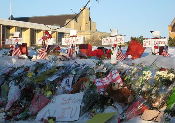 Hatan meghaltak és 16-an megsebesültek abban a 2008-as lövöldözésben, amit az Észak-illinois-i Egyetemen követett el egy fegyveres fiú, aki a mészárlás után magával is végzett.