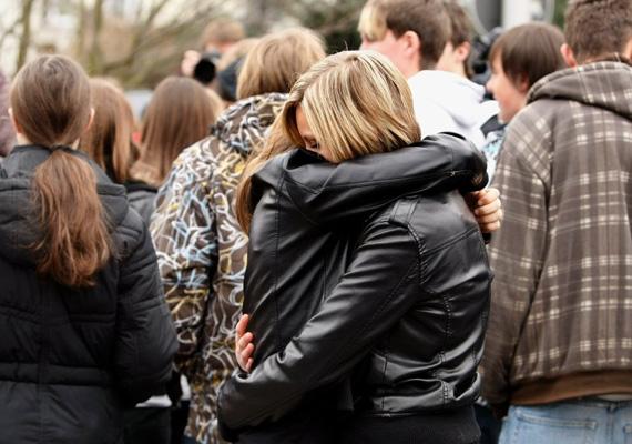 Még 2009-ben egy németországi középiskolában egy 17 éves diák sétált be az intézménybe, és tüzet nyitott. Az elkövető 16 embert ölt meg és többeket megsebesített, majd elmenekült a helyszínről. A rendőrök később lelőtték a fiút.