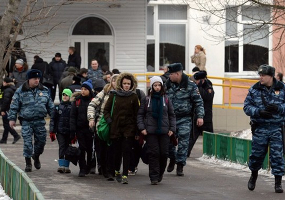Az orosz elnök, Vlagyimir Putyin tragédiának nevezte a moszkvai lövöldözést.- A jó művészi ízléssel rendelkező nézők új generációját kell nevelnünk, amely képes megérteni és értékelni a színházi, a drámai, a zenei művészetet. Ha ezt megfelelőképpen csinálnánk, akkor talán nem történnének a maihoz hasonló tragédiák - mondta Putyin.