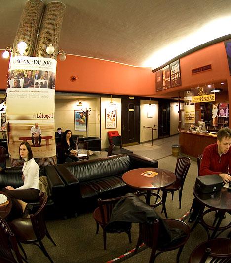 Odeon Lloyd Mozi                         Az Odeon-Lloyd Mozi 2003. márciusában nyitotta meg kapuit. Az eredeti tervek alapján felújított mozi, amely a harmincas évek eleganciáját ötvözi a multiplexek kényelmével és technikájával nem csupán a vetítőteremnek, hanem egy kávézónak és videótékának is helyet ad.