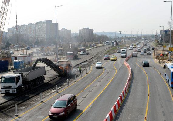 A Budaörsi úton a vidékről és az agglomerációból érkezők bosszankodhatnak. A szakasz felújítása várhatóan októberig tart, addig kell fennakadásokra számítani.