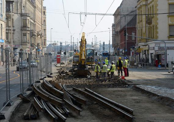 A Margit körút májusban lesz ismét járható zökkenőmentesen, addig zajlanak a sínpálya felújítási munkálatai. Villamospótló buszok és szűkített sávok teszik rémálommá a közlekedést a környéken.