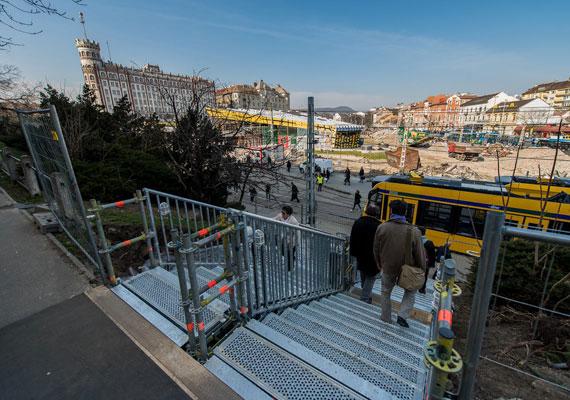 A Széll Kálmán tér felújítása miatt szinte hetente új akadályok gördülnek a közlekedők elé. Itt sem csak az autósok, hanem a gyalogosok, a bringások és a közösségi közlekedők is bosszankodhatnak. Kitartás, mert a munkálatok várhatóan jövő tavaszig eltartanak.