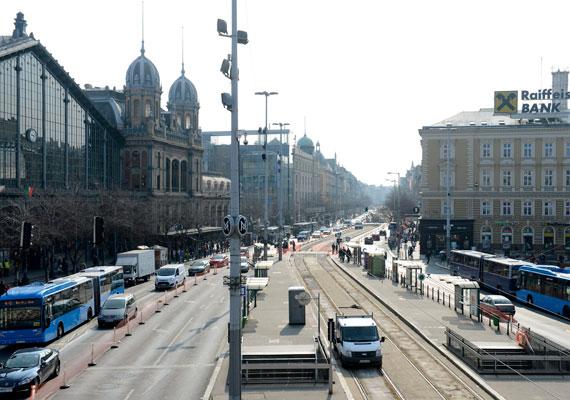 A város egyik legforgalmasabb tere a Nyugati tér. Most igazi horror arrafelé közlekedni. Autó, kerékpár vagy busz? Egyik sem lesz egyszerű. A jó hír, hogy májusra helyreáll a rend.