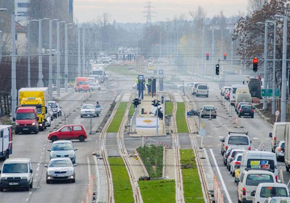 Az 1-es villamos a Rákóczi hídon át terjeszkedik tovább, hamarosan pedig a Fehérvári úton is lesz megállója. A budai fonódó villamos projekt keretében a 3-as villamos pályáját is felújítják. A sínek mentén természetesen a megállók rekonstrukciója is folyamatosan zajlik.