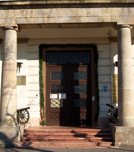 Hadtörténerti Intézet és Múzeum  A Hadtörténeti Múzeum születésnapja 1918. november 15., de az alapítás előzményei jóval korábbra, az 1867-es kiegyezés idejére vezethetők vissza. Az 1990-es évek végétől indult el a rendkívüli népszerűségű Élő hadtörténelem sorozat, amely a Honvédelmi Minisztérium támogatásával korhű körülmények között mutatja be az érdeklődőknek a magyar hadtörténelmet. A múzeumot az I. kerületben, a Tóth Árpád sétányon találod.