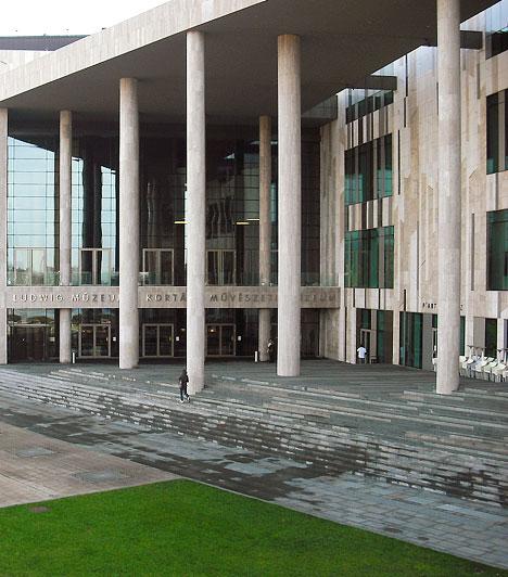 Ludwig Múzeum                         A Ludwig Múzeum – Kortárs Művészeti Múzeum Magyarország első olyan múzeuma, amely kizárólag kortárs művészetet gyűjt. Jelentős nemzetközi és magyar képzőművészeti gyűjteményét Peter és Irene Ludwig adománya alapozta meg 1989-ben. A műgyűjtő házaspár hetven nagy értékű műtárgyat ajándékozott Magyarországnak, illetve 95 művet helyezett el letét formájában. A múzeumot a Művészetek Palotája Duna felőli szárnyában találod.