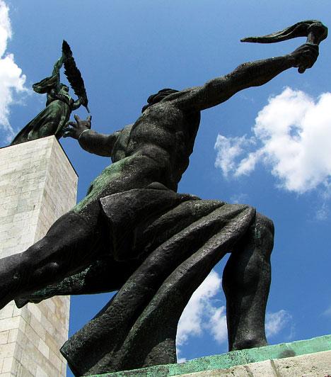 Szoborpark  Budapest XXII. kerületében, a forgalmas 7-es főútvonal mellett található a Memento Park nevű kortörténeti emlékhely és kulturális központ, amelynek hangsúlyos része a Szoborpark. Ebben a sajátosan kelet-európai gyűjteményben politikai vonatkozású, egykori köztéri szobrok láthatók, amelyek a szocialista kultúrpolitika és eszmerendszer igényei alapján 1947-1988 között kerültek Budapest utcáira.  Képgalériánk az Országalbum.hu honlap együttműködésével készült, akiknek ezúton is köszönjük a segítséget.