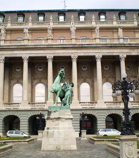 Magyar Nemzeti Galéria                         A Magyar Nemzeti Galéria a magyarországi képzőművészet kialakulásának és fejlődésének folyamatát dokumentáló és bemutató legnagyobb közgyűjtemény. Önálló múzeumként 1957 óta működik. Jelenlegi helyére, a Budavári Palota épületébe 1975-ben költözött.